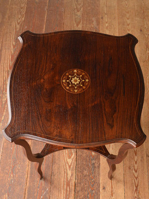 ローズウッドで作られたテーブル