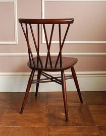 とってもキレイな焦げ茶色の椅子