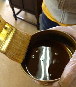 こんな風に、入れ物のふちで刷毛についたニスを絞ってから塗ってください。