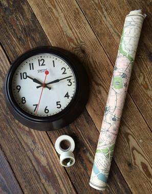 ポスターと時計とマスキングテープ