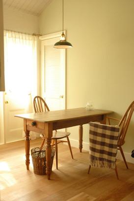 アンティークのテーブルとアーコールチェア