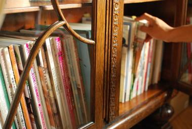 ガラス扉の本棚